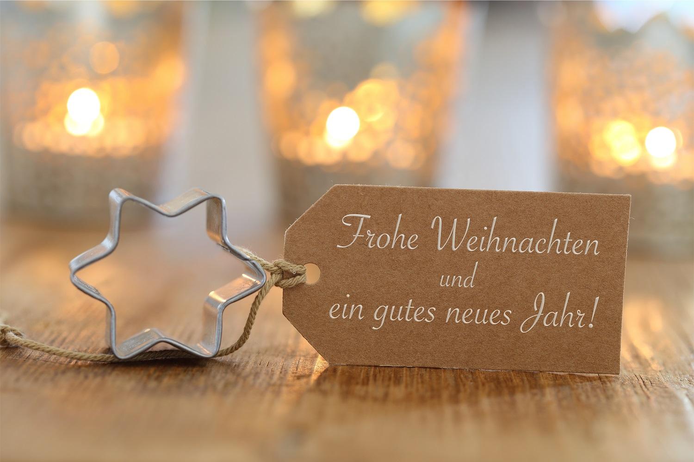 Stern mit Schild: frohe Weihnachten und ein gutes neues Jahr